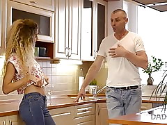 DADDY4K. Monique engana a su misapplied amante shoe-brush su at home